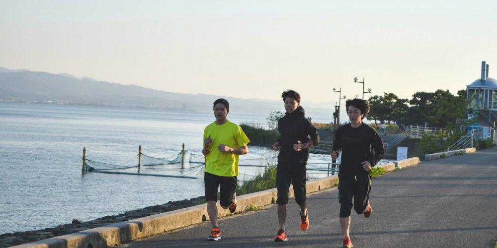 宍道湖畔で練習する3人